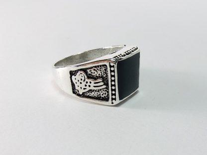 prsten model #1 sa crnim kamenom i ukrasnim detaljima