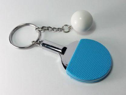plavi reket sa lopticom privezak za auto