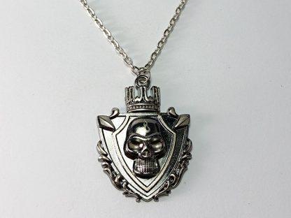 lančić sa priveskom kostur sa krunom kraljevski nakit štit simboli