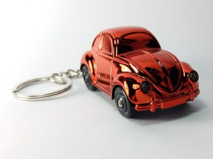 crveni hromirani auto privezak